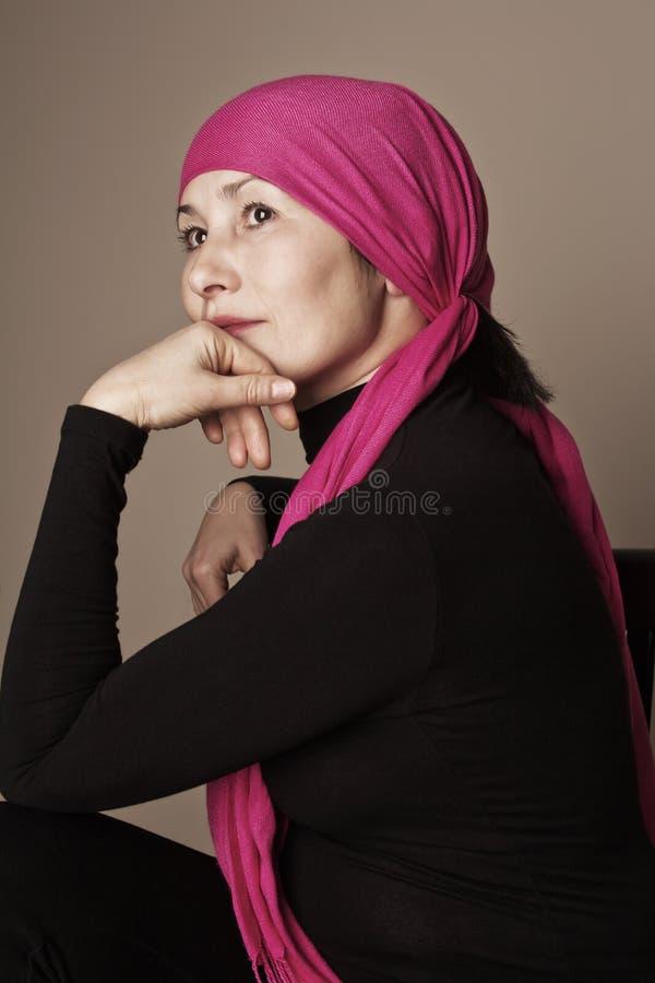 Ασιατική γυναίκα με το κόκκινο μαντίλι στοκ φωτογραφίες με δικαίωμα ελεύθερης χρήσης