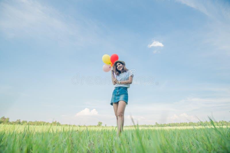 Ασιατική γυναίκα με το μπαλόνι στοκ εικόνες με δικαίωμα ελεύθερης χρήσης