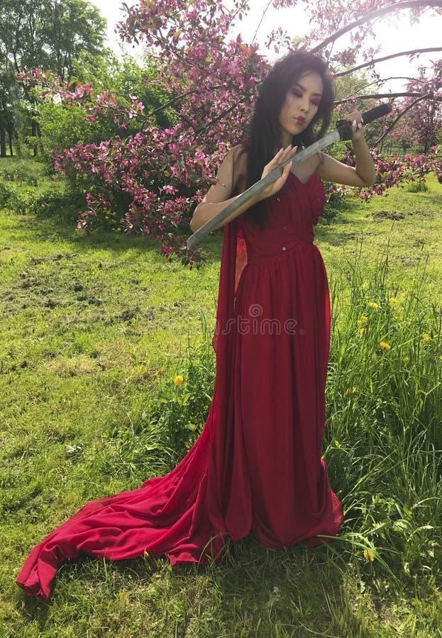 Ασιατική γυναίκα με το ξίφος katana στοκ εικόνες με δικαίωμα ελεύθερης χρήσης