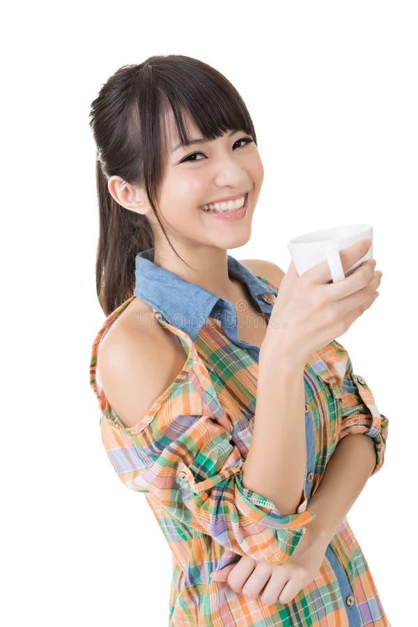 Ασιατική γυναίκα με το φλιτζάνι του καφέ ή το τσάι. στοκ φωτογραφία με δικαίωμα ελεύθερης χρήσης