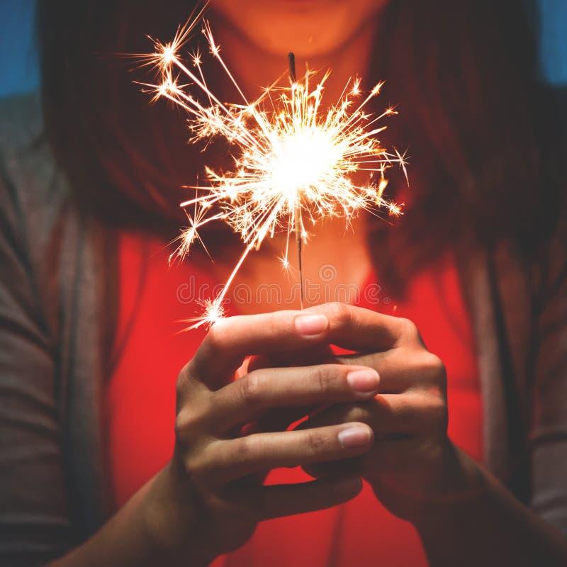 Ασιατική γυναίκα με το sparkler στοκ εικόνα με δικαίωμα ελεύθερης χρήσης