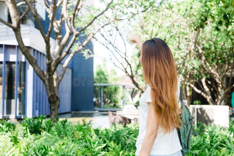 Ασιατική γυναίκα που απολαμβάνει στον κήπο για τον τρόπο ζωής πόλεών της στο πρωί Σαββατοκύριακου στοκ φωτογραφία