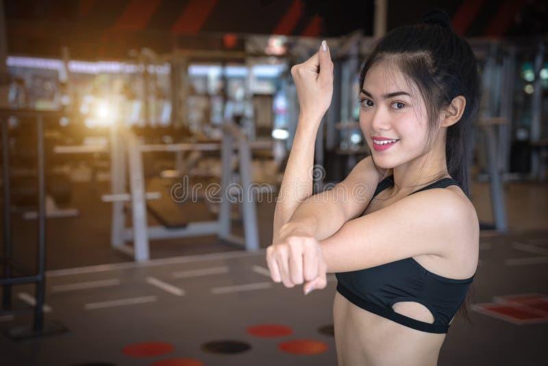Ασιατική γυναίκα που ασκεί στη γυμναστική Νέες τεντώνοντας ασκήσεις α στοκ φωτογραφία με δικαίωμα ελεύθερης χρήσης