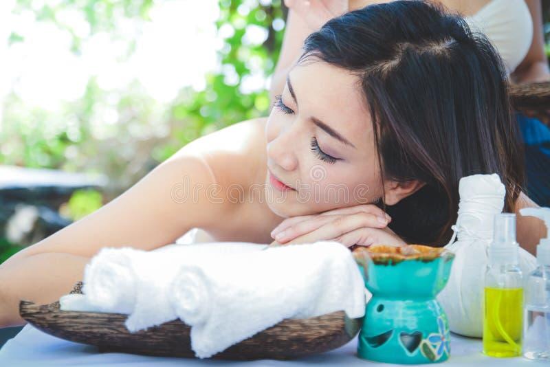 Ασιατική γυναίκα που κοιμάται ταϊλανδικό massage spa στοκ εικόνα