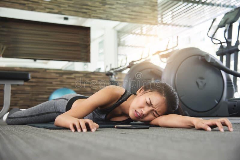 Ασιατική γυναίκα που λιποθυμά ενώ workout στοκ εικόνα