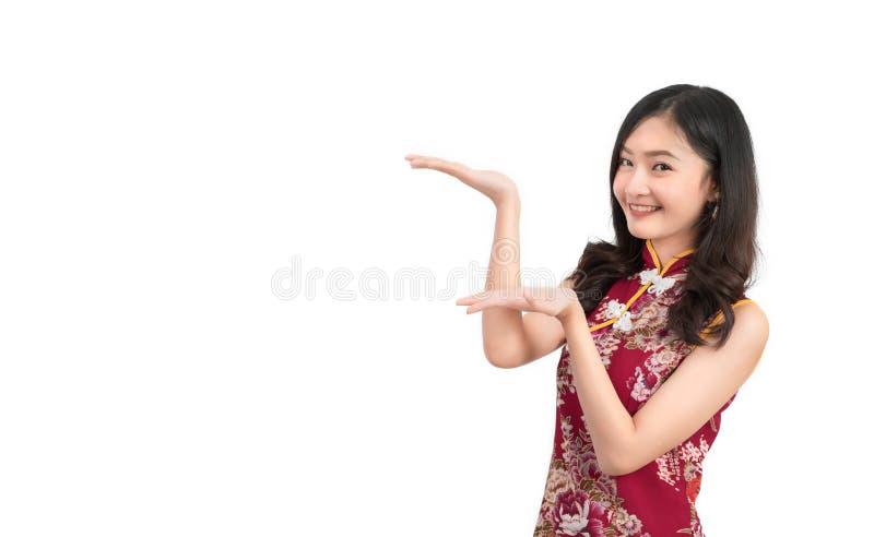 Ασιατική γυναίκα που φορά το κινεζικό φόρεμα, cheongsam, qipao παρόν στοκ φωτογραφίες με δικαίωμα ελεύθερης χρήσης
