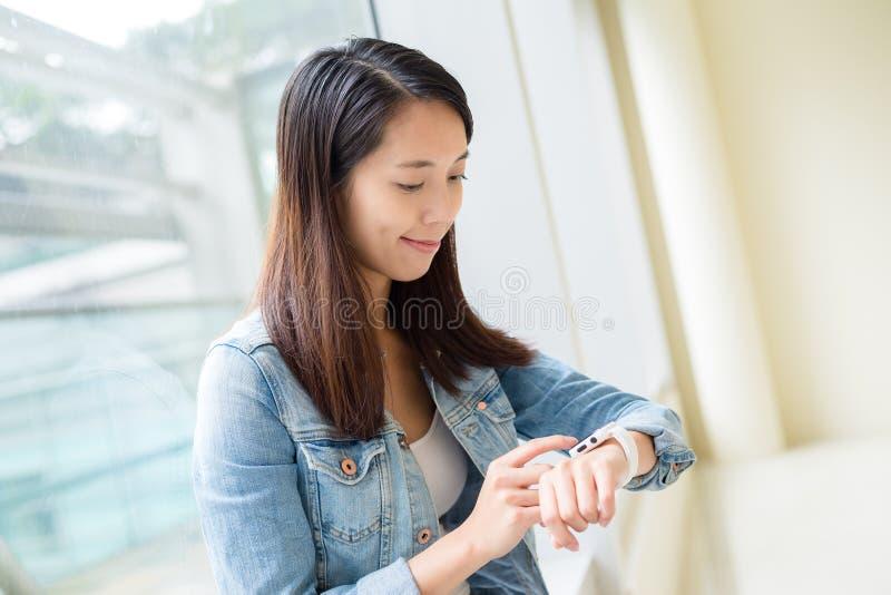Ασιατική γυναίκα που χρησιμοποιεί το φορετό έξυπνο ρολόι στοκ εικόνες με δικαίωμα ελεύθερης χρήσης