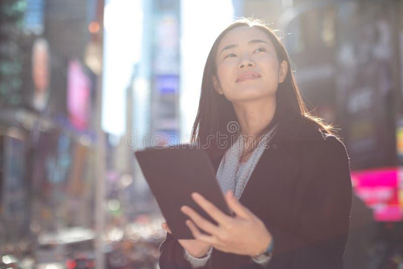 Ασιατική γυναίκα που χρησιμοποιεί το PC ταμπλετών στοκ φωτογραφία με δικαίωμα ελεύθερης χρήσης
