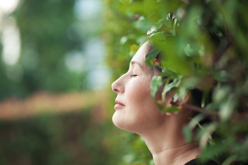 Ασιατική γυναίκα στον κήπο στοκ φωτογραφία με δικαίωμα ελεύθερης χρήσης