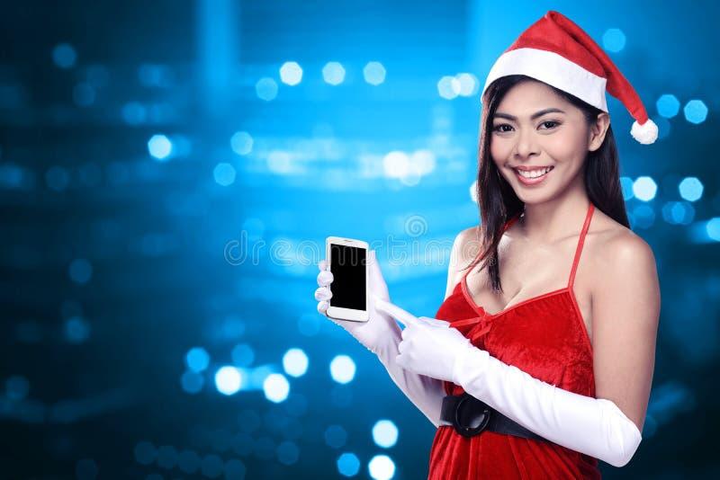 Ασιατική γυναίκα στο κινητό τηλέφωνο εκμετάλλευσης κοστουμιών Άγιου Βασίλη στοκ εικόνες με δικαίωμα ελεύθερης χρήσης