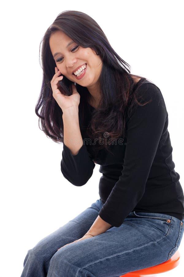 Ασιατική γυναίκα στο τηλέφωνο κυττάρων στοκ εικόνες με δικαίωμα ελεύθερης χρήσης