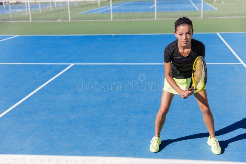 Ασιατική γυναίκα τενιστών έτοιμη να παίξει στο δικαστήριο στοκ εικόνες