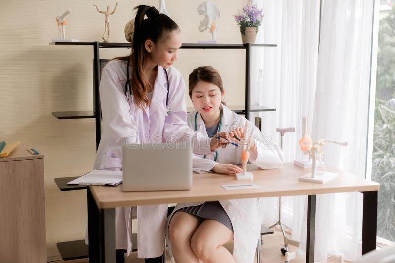 Ασιατική εκπαίδευση γυναικών φοιτητών Ιατρικής και χρησιμοποίηση του προτύπου χεριών σκελετών στο νοσοκομείο από κοινού στοκ φωτογραφίες με δικαίωμα ελεύθερης χρήσης