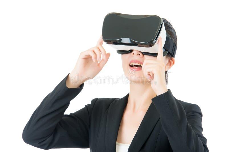 Ασιατική επικοινωνία επιχειρησιακών γυναικών από VR τα γυαλιά κασκών στοκ εικόνες με δικαίωμα ελεύθερης χρήσης