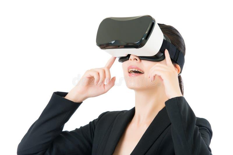 Ασιατική επικοινωνία επιχειρησιακών γυναικών από VR τα γυαλιά κασκών στοκ εικόνα με δικαίωμα ελεύθερης χρήσης