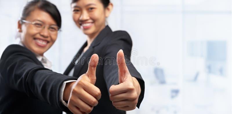 Ασιατική επιχειρηματίας δύο με τους αντίχειρες επάνω στοκ φωτογραφίες