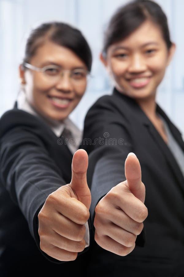 Ασιατική επιχειρηματίας δύο με τους αντίχειρες επάνω στοκ εικόνες