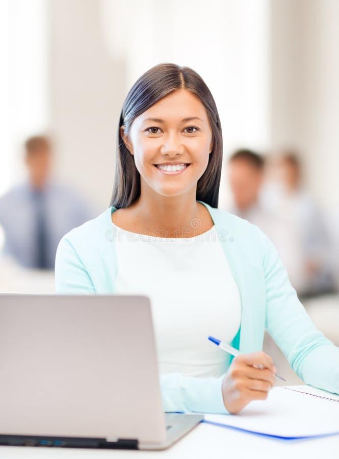 Ασιατική επιχειρηματίας με το lap-top και τα έγγραφα στοκ εικόνες