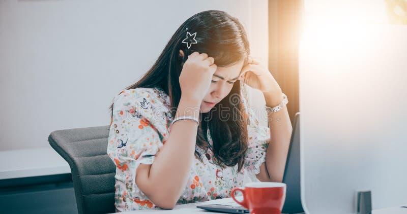 Ασιατική επιχειρηματίας σοβαρή για την εργασία και χρησιμοποίηση του σημειωματάριου για τους συνέταιρους που συζητούν τα έγγραφα  στοκ εικόνες