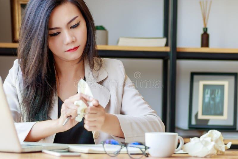 Ασιατική επιχειρηματιών συμπιέσεων συνεδρίαση χεριών εγγράφου διαθέσιμη στο γραφείο γραφείων στοκ φωτογραφίες με δικαίωμα ελεύθερης χρήσης