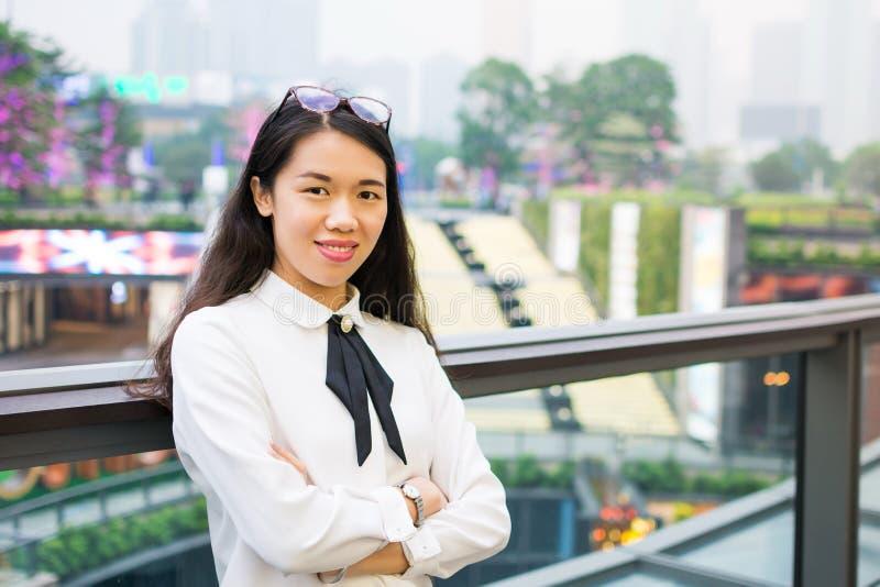 Ασιατική επιχειρησιακή γυναίκα έξω από το γραφείο στοκ φωτογραφία
