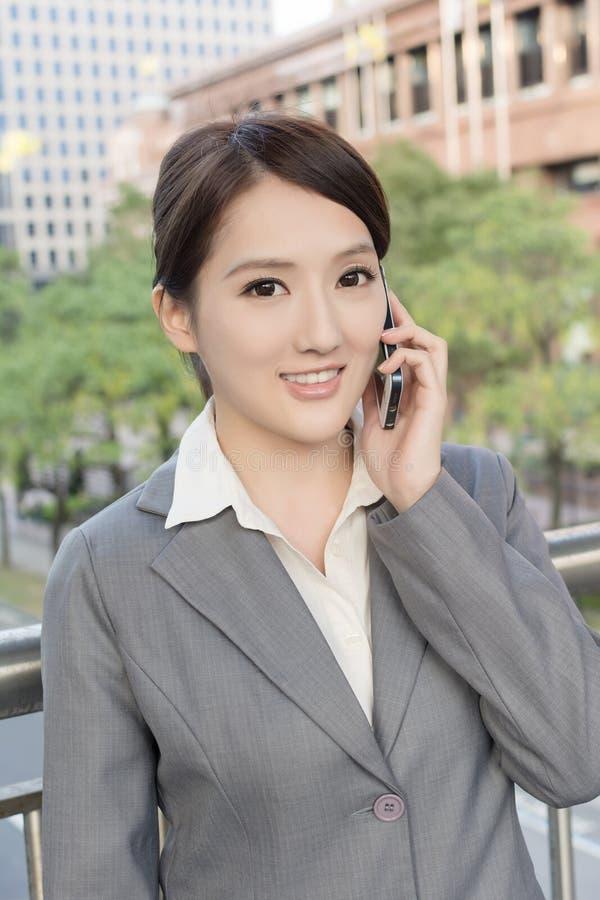 Ασιατική επιχειρησιακή γυναίκα που μιλά στο έξυπνο τηλέφωνο στοκ φωτογραφίες με δικαίωμα ελεύθερης χρήσης