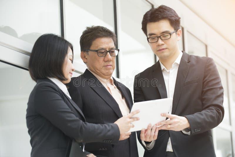 Ασιατική επιχειρησιακή ομάδα υπαίθρια στοκ εικόνα