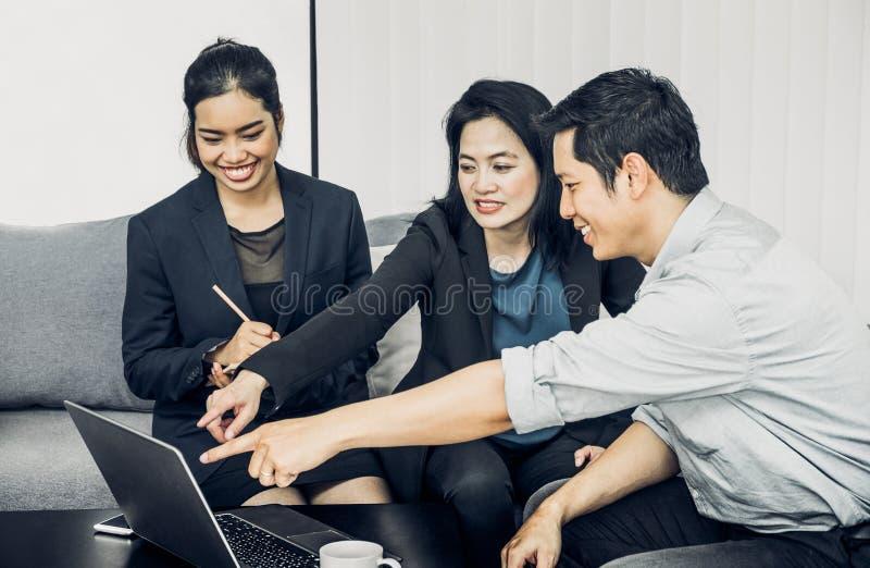 Ασιατική εργασία επιχειρηματιών και επιχειρηματιών togerther στην αρχή, στοκ φωτογραφία με δικαίωμα ελεύθερης χρήσης
