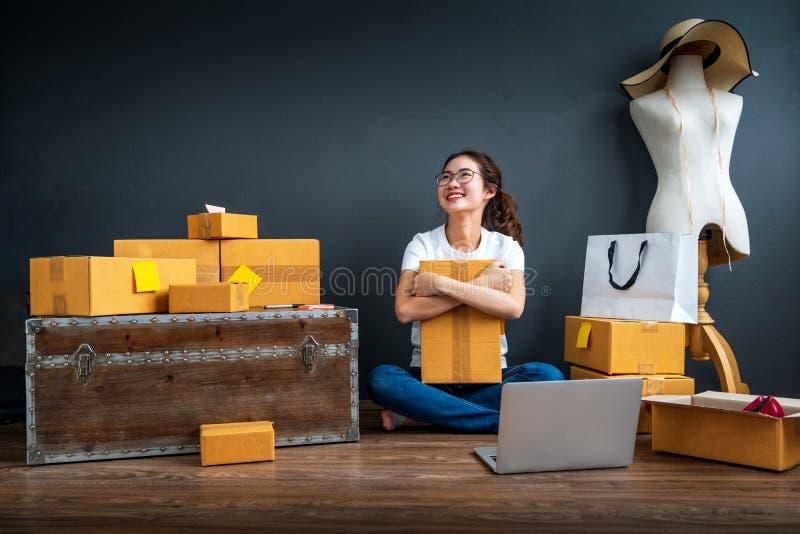 Ασιατική εργασία επιχειρησιακών γυναικών ιδιοκτητών εφήβων στο σπίτι για on-line να ψωνίσει και την πώληση Πρόσωπο έκπληξης και κ στοκ εικόνα