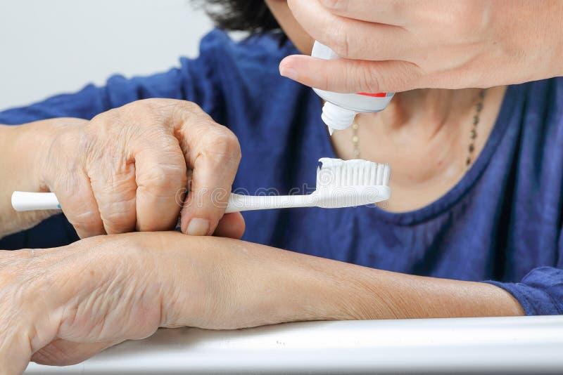 Ασιατική ηλικιωμένη γυναίκα με μια οδοντόβουρτσα στοκ εικόνα με δικαίωμα ελεύθερης χρήσης