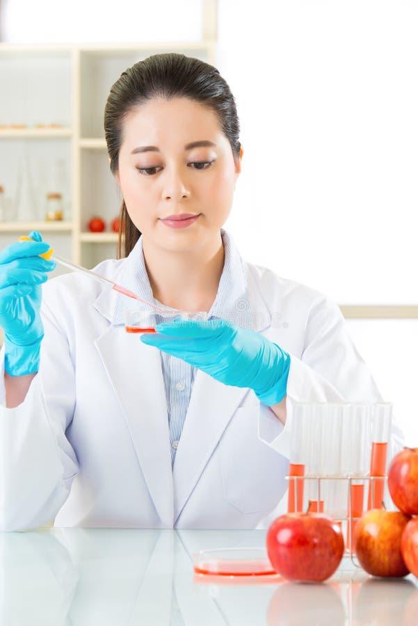 Ασιατική θηλυκή έρευνα επιστημόνων για τη γενετική τροποποίηση breakth στοκ φωτογραφίες με δικαίωμα ελεύθερης χρήσης