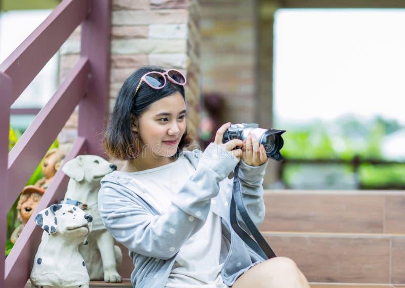 Ασιατική κάμερα εκμετάλλευσης γυναικών με την ευτυχία στοκ εικόνα