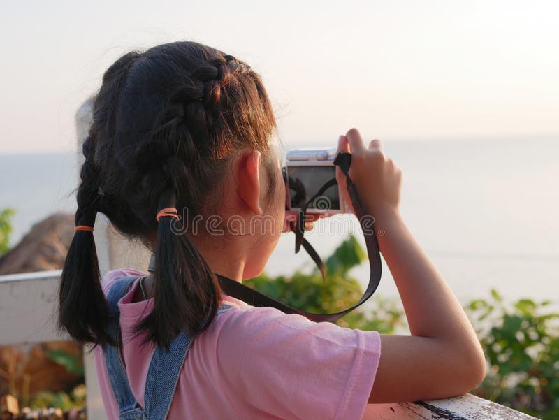 Ασιατική κάμερα εκμετάλλευσης κοριτσιών που παίρνει μια εικόνα με το ταξίδι στη φύση στοκ εικόνα