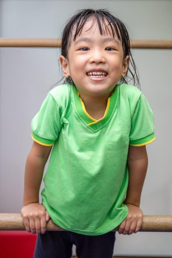 Ασιατική κινεζική ένωση μικρών κοριτσιών στους ανώμαλους φραγμούς στοκ εικόνες