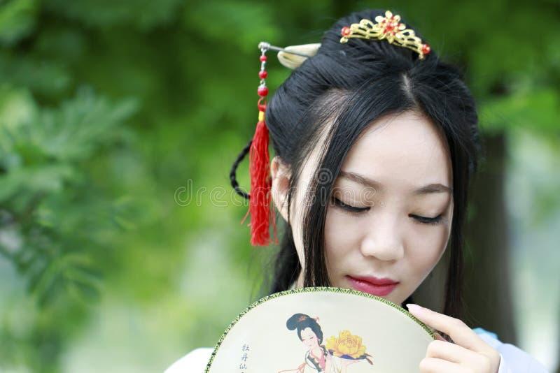 Ασιατική κινεζική γυναίκα στην παραδοσιακή ομορφιά ¼ Œclassic Hanfu dressï στο πηγούνι στοκ εικόνες