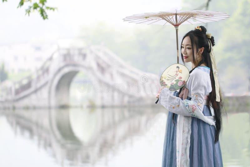 Ασιατική κινεζική γυναίκα στην παραδοσιακή ομορφιά ¼ Œclassic Hanfu dressï στο πηγούνι στοκ φωτογραφία με δικαίωμα ελεύθερης χρήσης