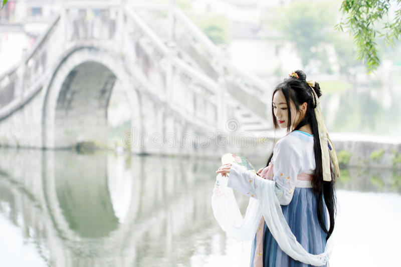 Ασιατική κινεζική γυναίκα στην παραδοσιακή ομορφιά ¼ Œclassic Hanfu dressï στο πηγούνι στοκ φωτογραφία