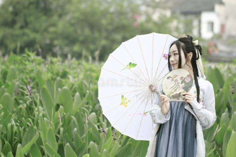 Ασιατική κινεζική γυναίκα στην παραδοσιακή ομορφιά ¼ Œclassic Hanfu dressï στο πηγούνι στοκ εικόνες με δικαίωμα ελεύθερης χρήσης