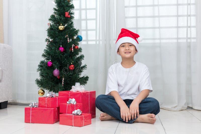 Ασιατική κινεζική τοποθέτηση μικρών παιδιών με το κιβώτιο δώρων Χριστουγέννων στοκ εικόνες
