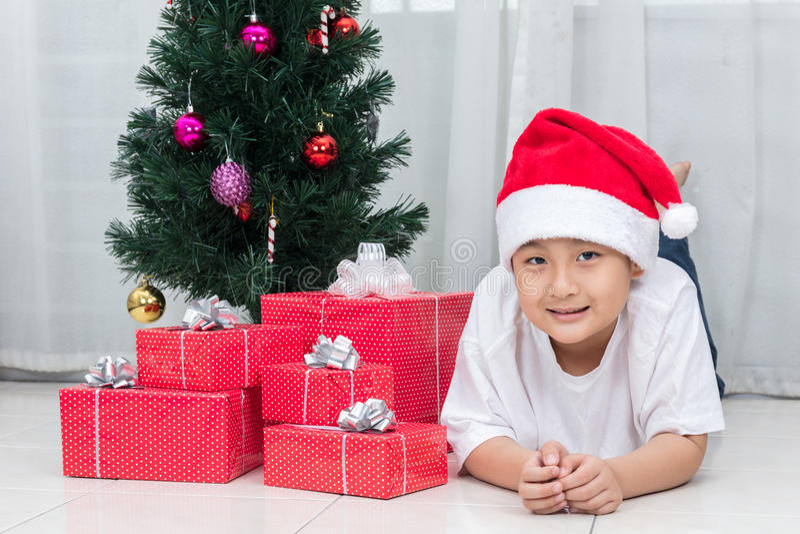 Ασιατική κινεζική τοποθέτηση μικρών παιδιών με το κιβώτιο δώρων Χριστουγέννων στοκ φωτογραφίες