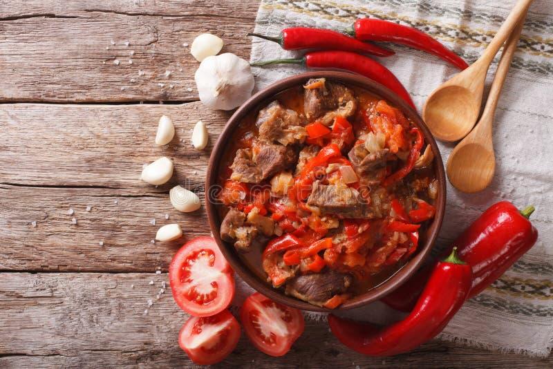 Ασιατική κουζίνα: αρνί αργό που μαγειρεύει σε κατσαρόλα με την κινηματογράφηση σε πρώτο πλάνο λαχανικών Hori στοκ φωτογραφία