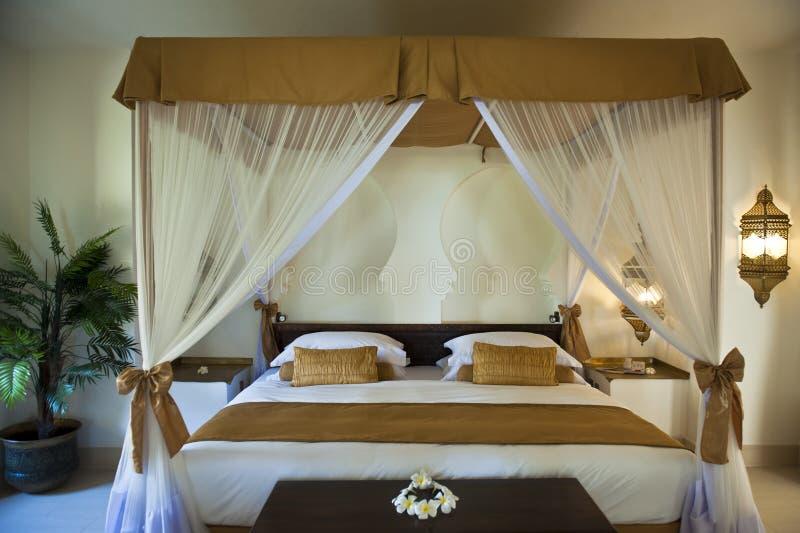 Ασιατική κρεβατοκάμαρα ξενοδοχείων πολυτέλειας στοκ εικόνες
