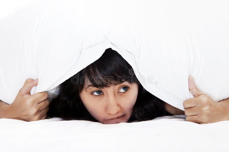 ασιατική κρύβοντας φοβησμένη γυναίκα στοκ φωτογραφία με δικαίωμα ελεύθερης χρήσης