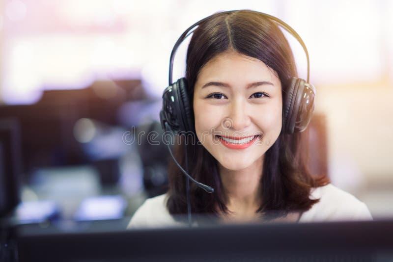 Ασιατική μελέτη γυναικείων σπουδαστών στο εργαστήριο υπολογιστών στην πανεπιστημιακή βιβλιοθήκη στοκ φωτογραφίες με δικαίωμα ελεύθερης χρήσης