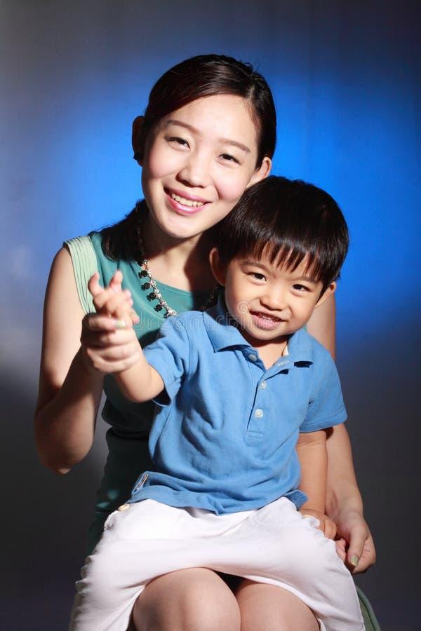 Ασιατική μητέρα και ο γιος της στοκ εικόνα με δικαίωμα ελεύθερης χρήσης