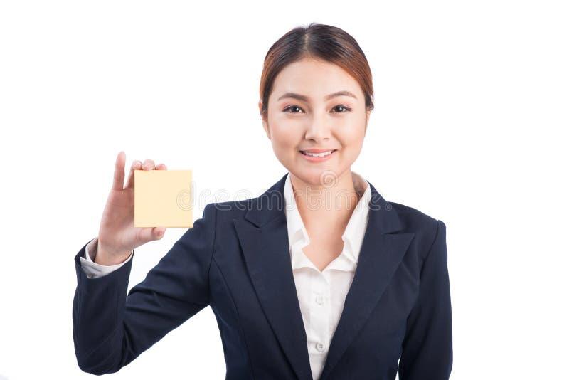 Ασιατική νέα επιχειρησιακή γυναίκα που παρουσιάζει κολλώδη σημείωση στοκ εικόνες