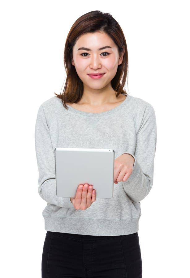 Ασιατική νέα χρήση γυναικών του PC ταμπλετών στοκ εικόνα