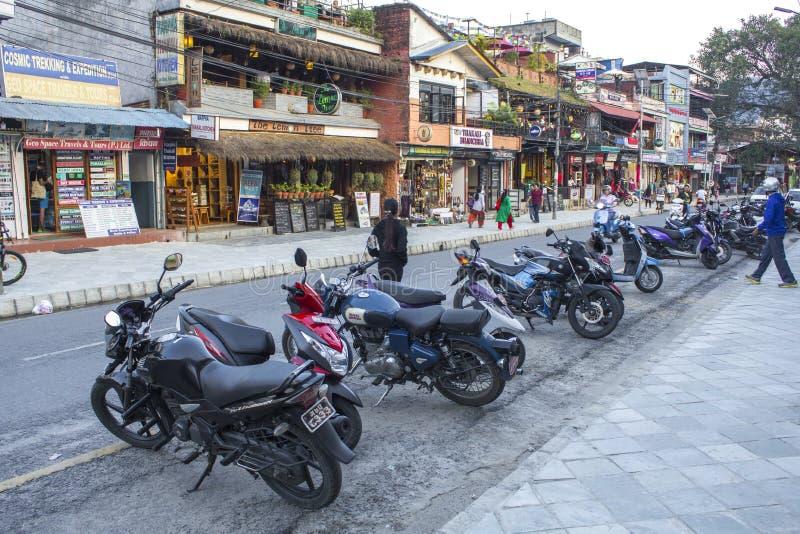Ασιατική οδός με τους ανθρώπους, τα καταστήματα και τις μοτοσικλέτες στοκ φωτογραφίες