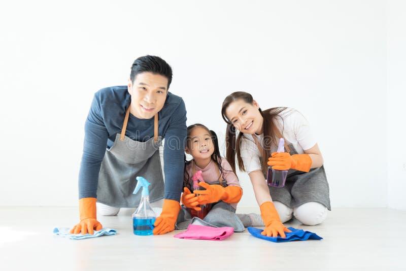 Ασιατική οικογένεια που έχει τη διασκέδαση με τον καθαρισμό του σπιτι στοκ φωτογραφία με δικαίωμα ελεύθερης χρήσης