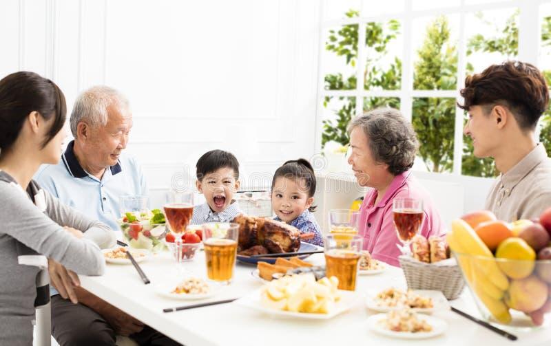 Ασιατική οικογένεια που έχει dinnerστο σπίτι στοκ εικόνα με δικαίωμα ελεύθερης χρήσης